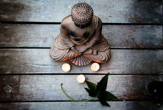 estatua-buda-tres-velas-lidar-com-medo-segundo-budismo.jpg